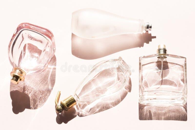 Garrafas de perfume azuis de vidro fotos de stock