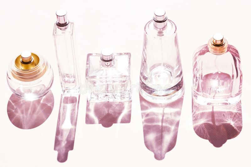 Garrafas de perfume azuis de vidro imagens de stock