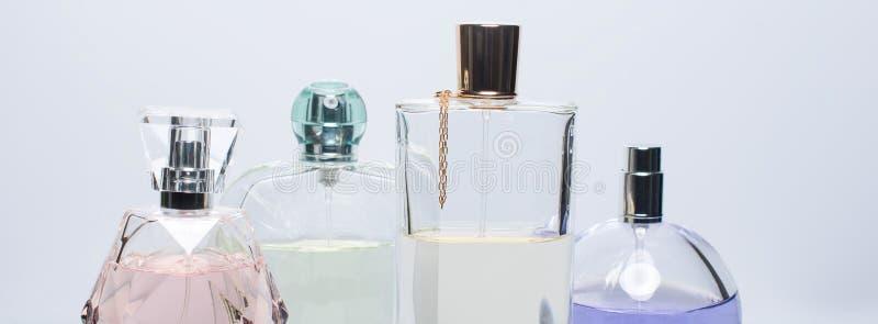 Garrafas de perfume diferentes no fundo branco Perfumaria, cosméticos Bandeira para o Web site fotos de stock