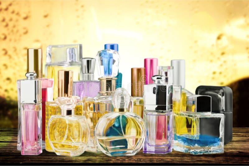 Garrafas de perfume na tabela fotografia de stock