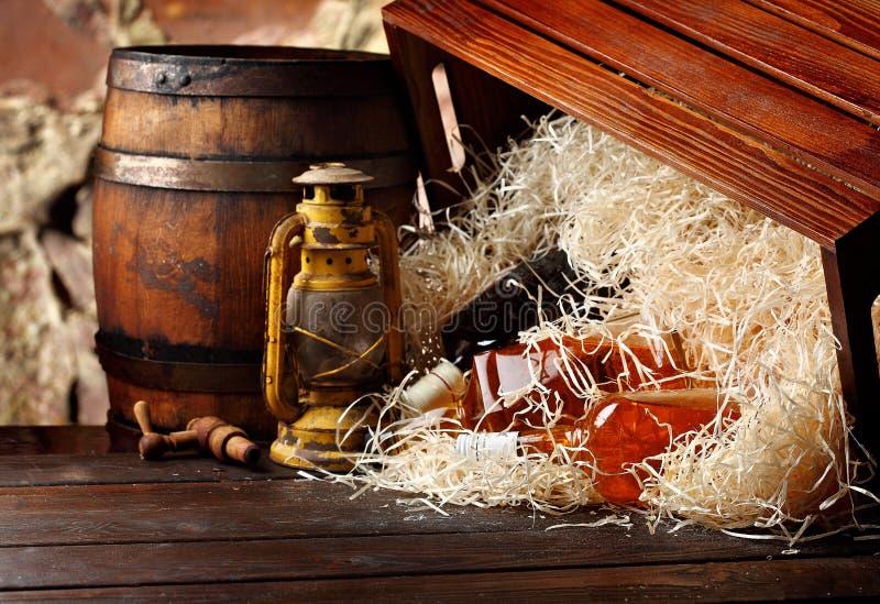 Garrafas de uísque Posterous, recipientes de madeira invertidos caixa do uísque do vintage, lâmpadas de óleo do estilo da lantern fotos de stock royalty free