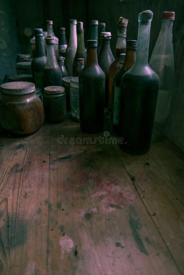 Garrafas de vidro em uma cozinha velha Lotes da sala para o texto fotos de stock royalty free