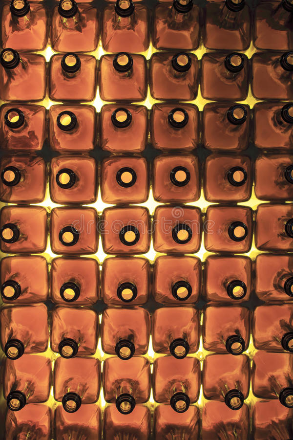 Garrafas de vidro marrons vazias imagem de stock royalty free