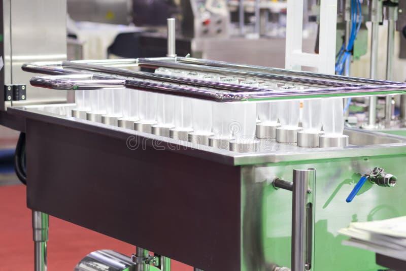 Garrafas de vidro no processo de limpeza que pulveriza pela água de alta pressão foto de stock royalty free