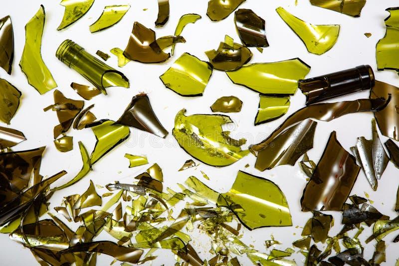 Garrafas de vidro quebradas em fundo branco fotos de stock royalty free
