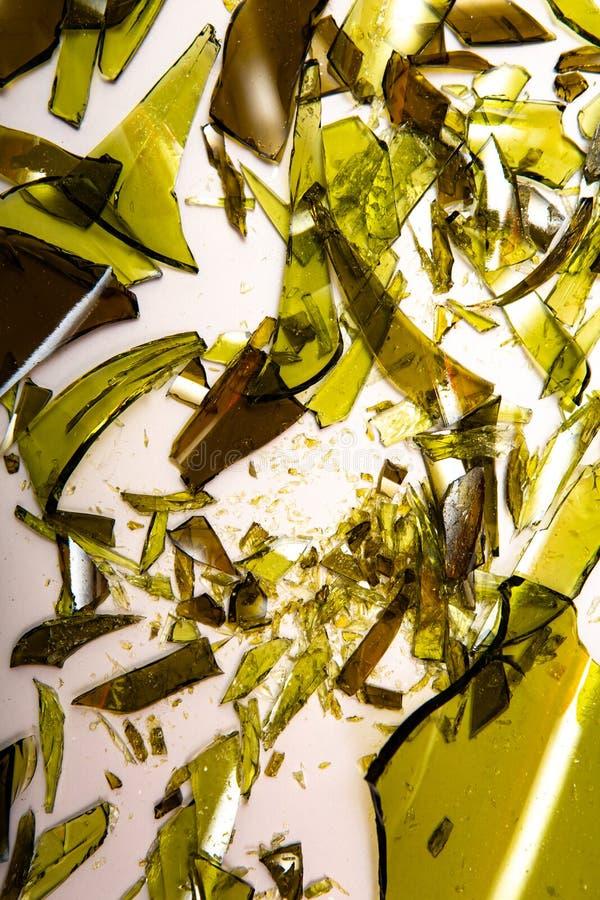 Garrafas de vidro quebradas em fundo branco fotografia de stock royalty free