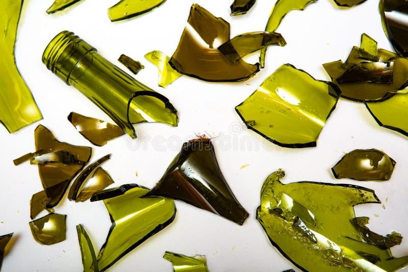 Garrafas de vidro quebradas em fundo branco fotografia de stock