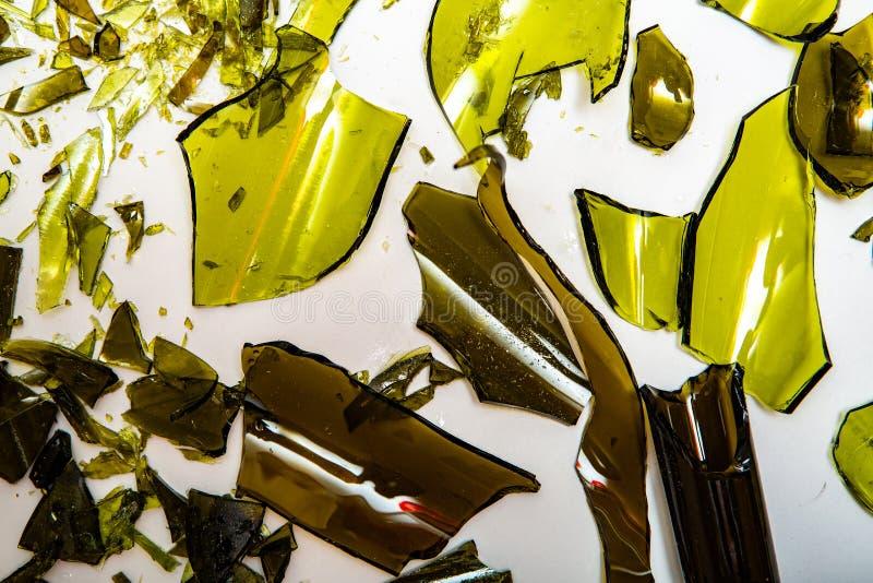 Garrafas de vidro quebradas em fundo branco foto de stock