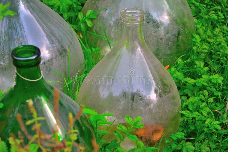 Garrafas de vidro redondas bonitas em um jardim botânico imagem de stock