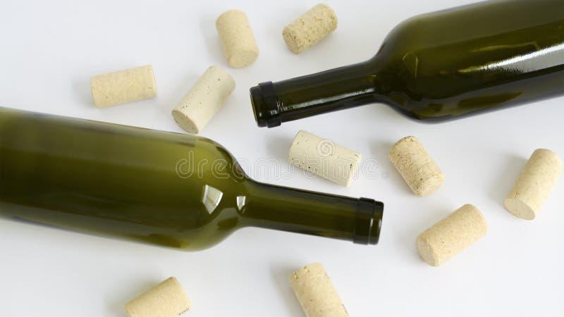 Garrafas de vidro vazias verdes do vinho e das cortiça fotos de stock