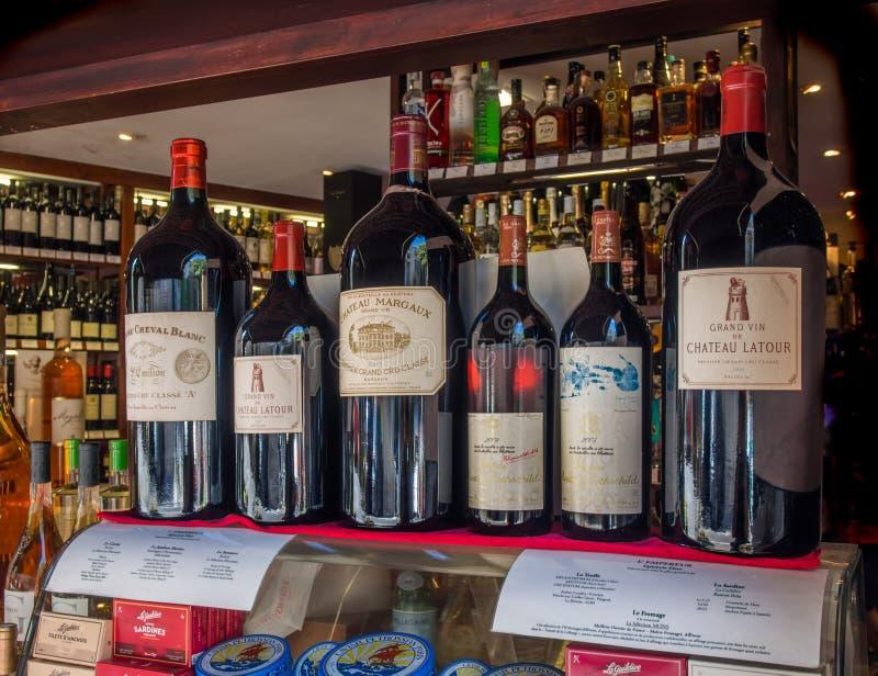 Garrafas de vinho caras francesas fotografia de stock royalty free