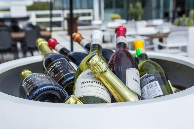 Garrafas de vinho em um restaurante fotos de stock royalty free
