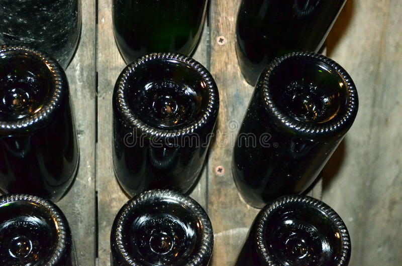 Garrafas de vinho empilhadas na adega velha da adega foto de stock royalty free