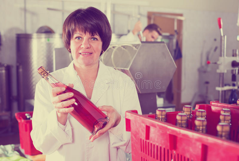 Garrafas de vinho fêmeas positivas da embalagem do empregado imagens de stock