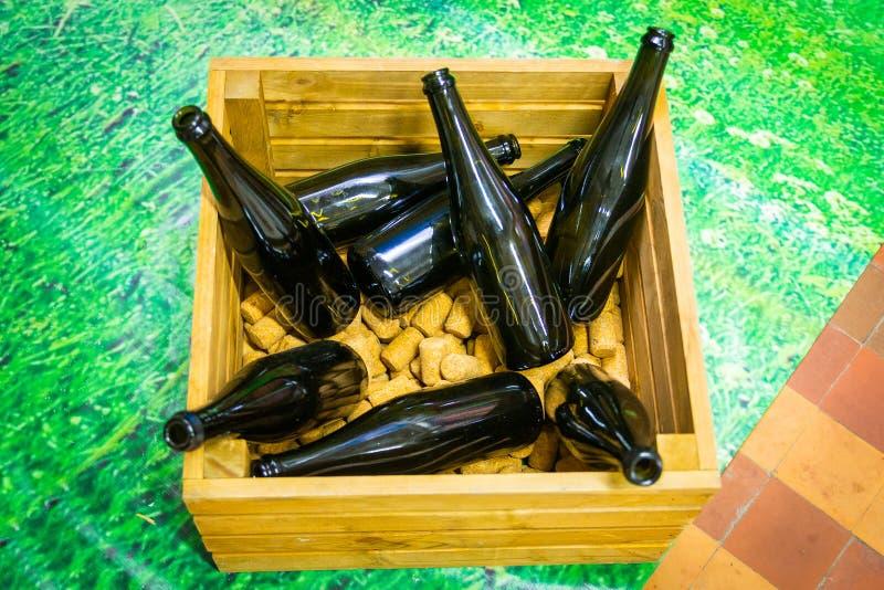 Garrafas de vinho na caixa de madeira como o fragmento da decoração fotos de stock