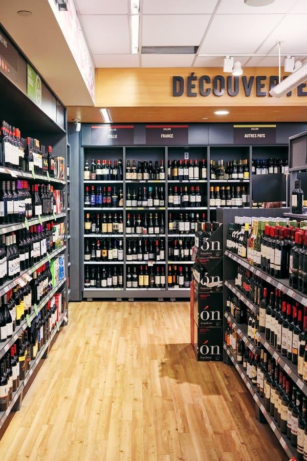 Garrafas de vinho nas prateleiras em uma loja de vinho fotos de stock royalty free