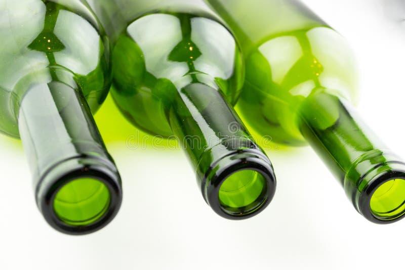 Garrafas de vinho vazias no fundo branco fotografia de stock