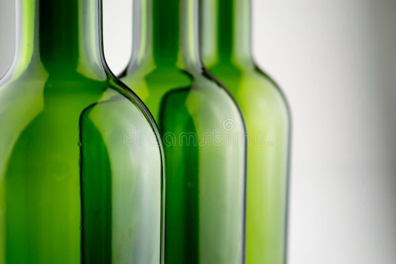 garrafas de vinho verdes vazias no branco foto de stock