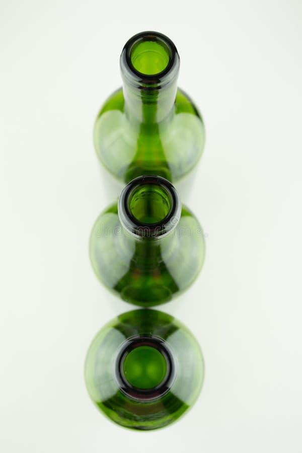 Garrafas de vinho verdes vazias no branco imagens de stock royalty free