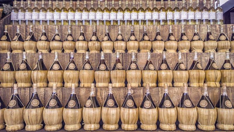 Garrafas de vinho de vime de várias cores fotos de stock royalty free