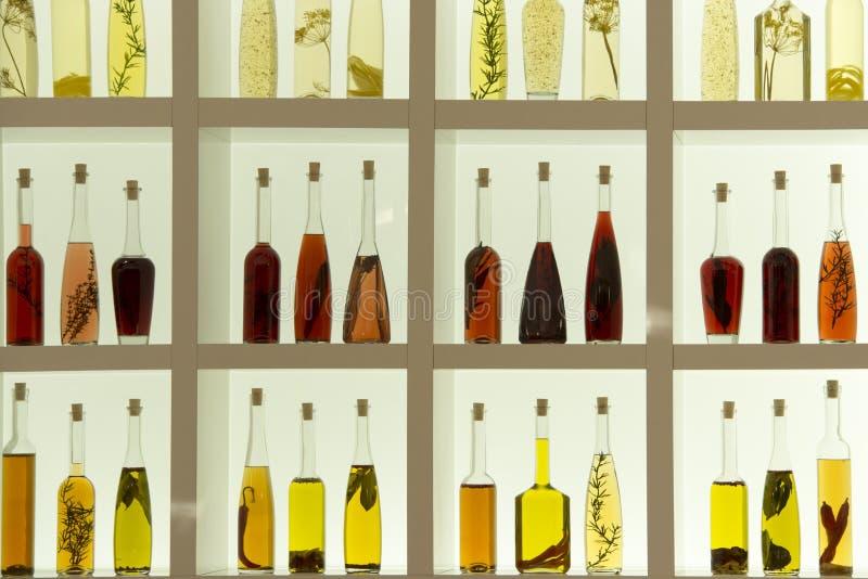Garrafas do óleo e do vinagre com ervas foto de stock royalty free