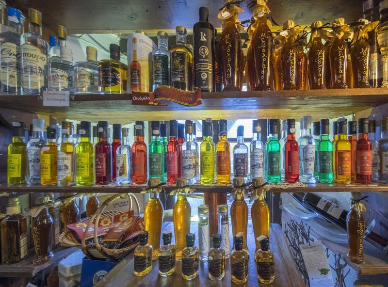 Garrafas do licor em uma prateleira foto de stock