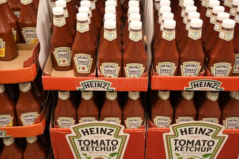 GARRAFAS DO TOMATE KETCHP DE HEINZ fotografia de stock