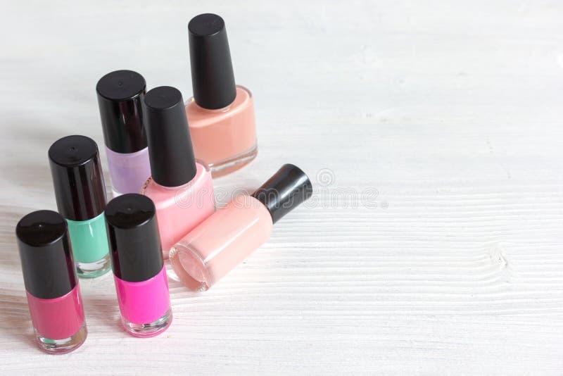 Download Garrafas Do Verniz Para As Unhas Colorido No Fundo De Madeira Imagem de Stock - Imagem de produto, unha: 80102703