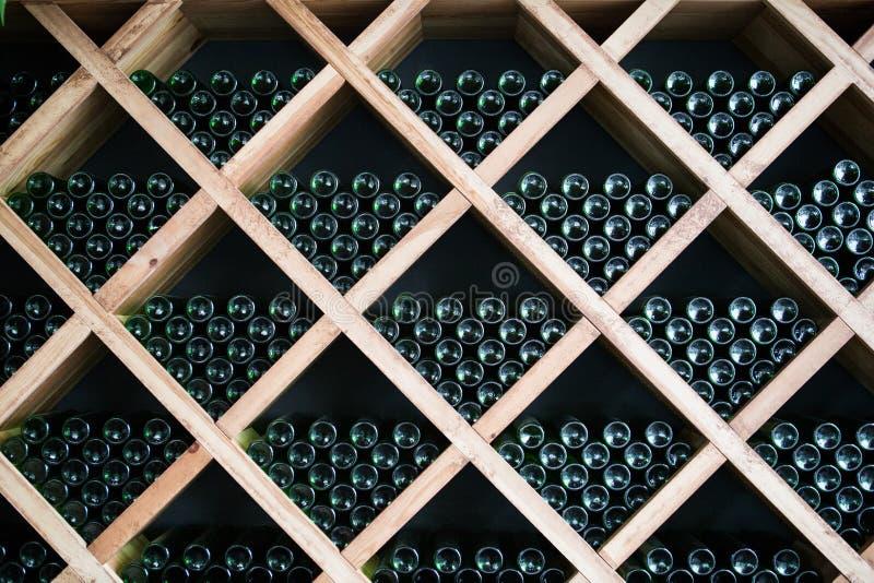 Garrafas do vinho em uma adega de vinho fotografia de stock royalty free