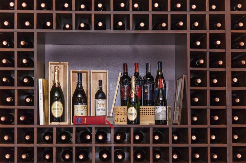 Garrafas do vinho nas prateleiras fotos de stock