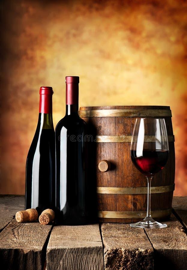 Garrafas e barril do vinho fotografia de stock royalty free