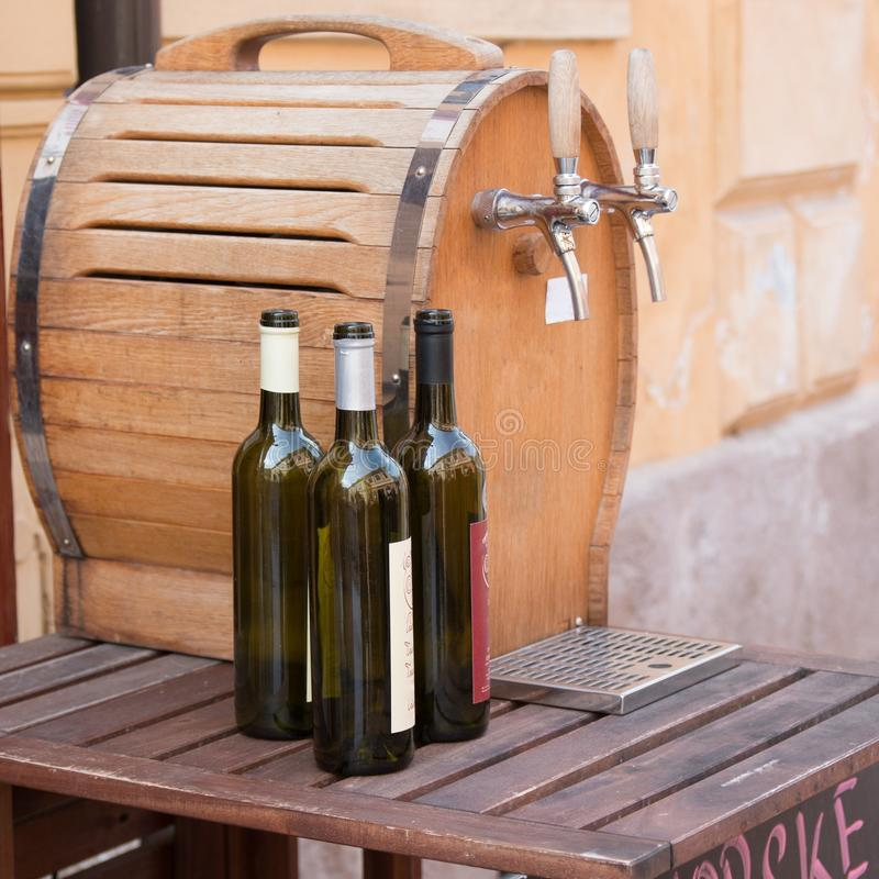 Garrafas e tambor de vinho imagens de stock
