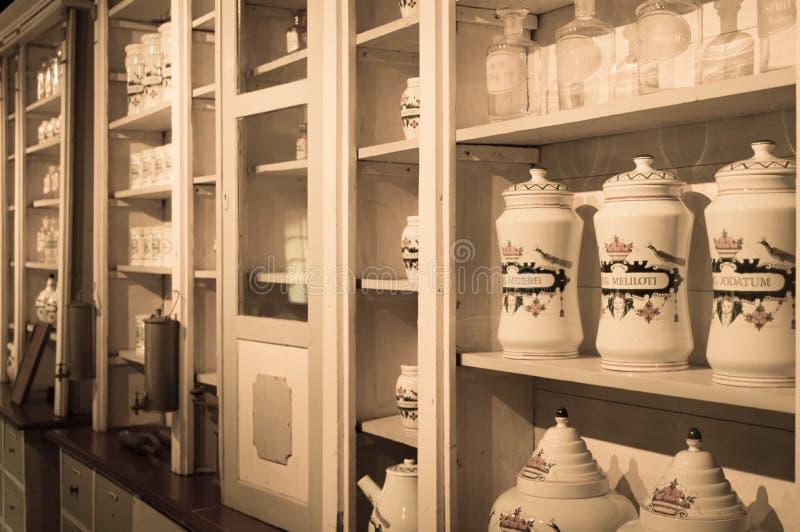 Garrafas em uma farmácia velha fotos de stock