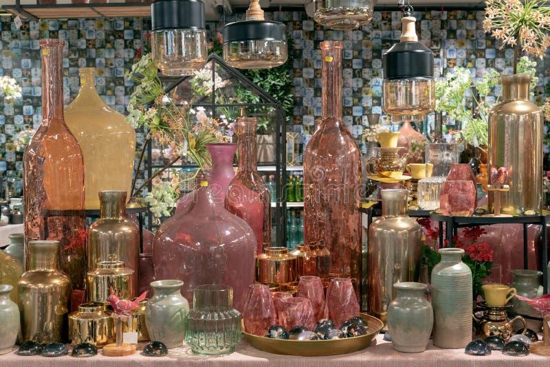 Garrafas em uma loja na exposição imagens de stock