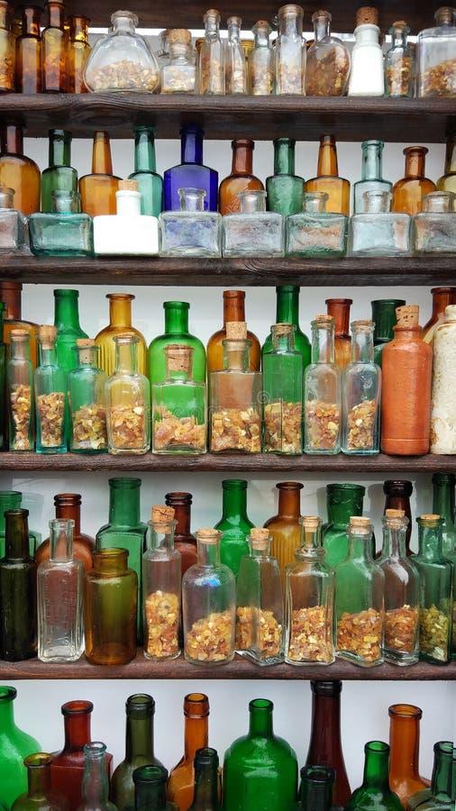 Garrafas empoeiradas muito velhas do conceito fotografia de stock