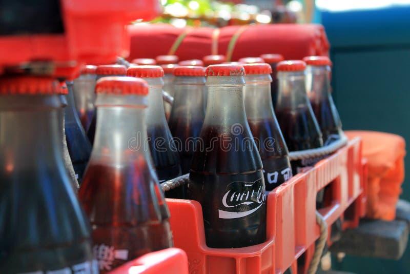 Garrafas estrangeiras de Coca-Cola na caixa foto de stock