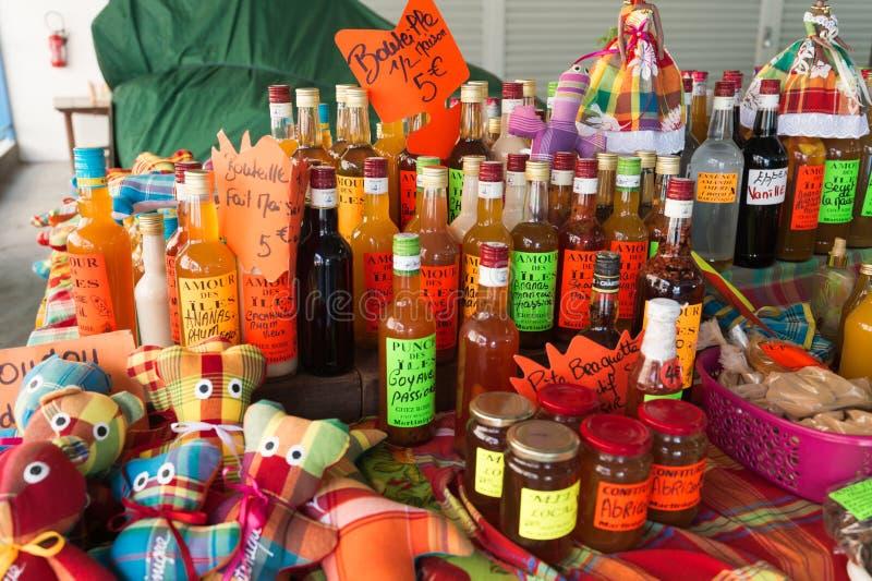 Garrafas flavored tradicionais do rum no mercado em Martinica, Ca foto de stock royalty free
