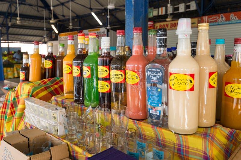 Garrafas flavored tradicionais do rum no mercado em Martinica, Ca imagem de stock royalty free