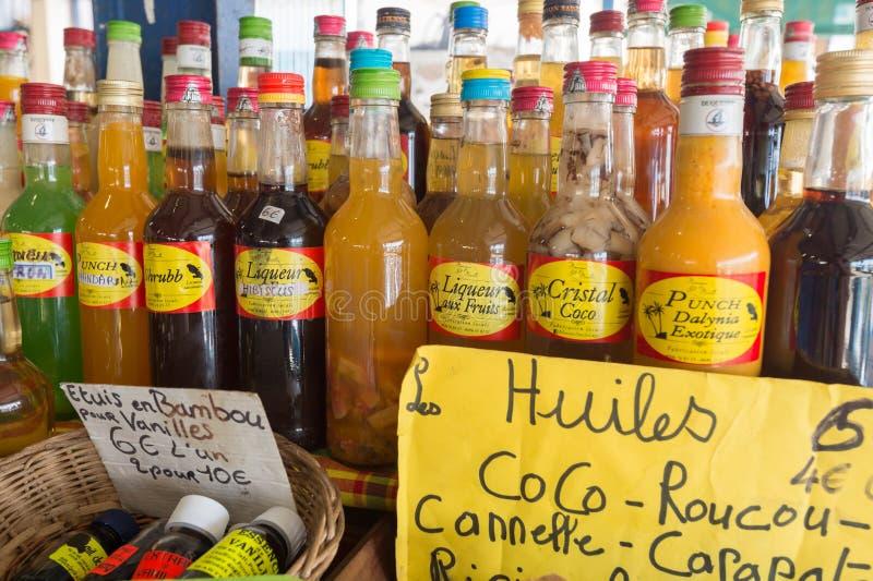 Garrafas flavored tradicionais do rum no mercado em Martinica, Ca fotografia de stock royalty free