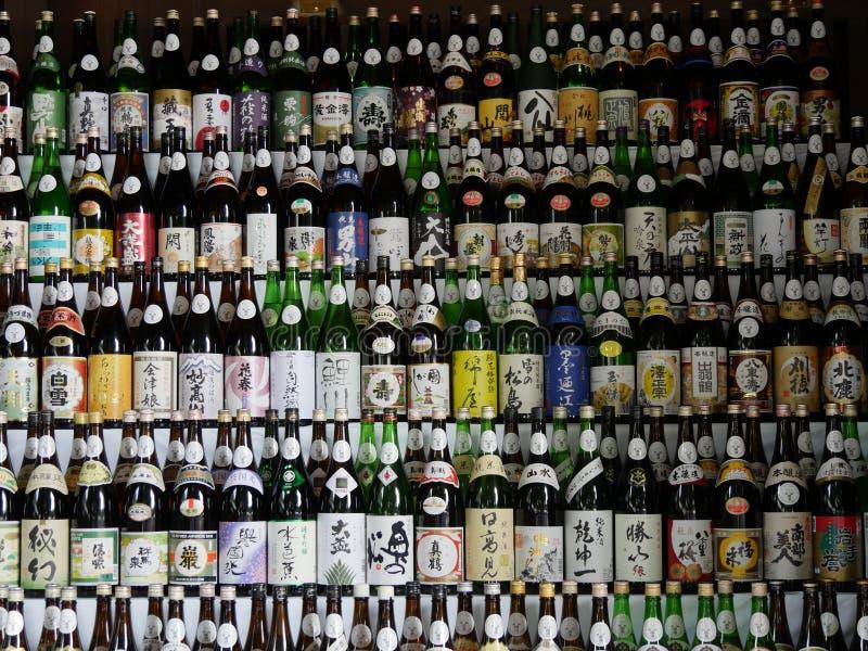 Garrafas japonesas da causa (Tóquio, Japão - 23 de outubro de 2016) imagem de stock royalty free