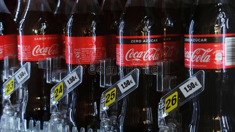 Garrafas plásticas da coca-cola em uma máquina de venda automática com preço, em Tenerife, Ilhas Canárias, Espanha fotos de stock royalty free