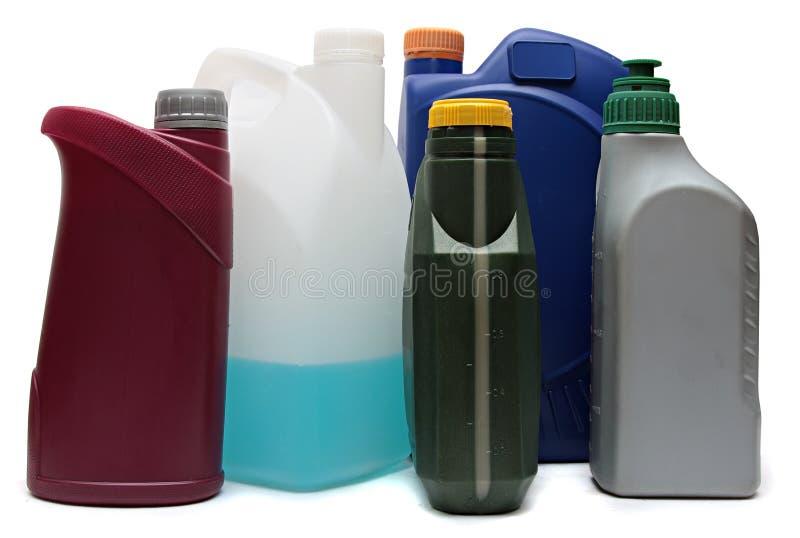 Garrafas plásticas dos óleos do automóvel isolados sobre imagens de stock