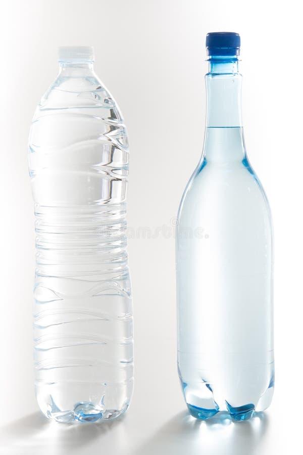 garrafas plásticas refinadas do grupo da água sobre o fundo branco fotos de stock