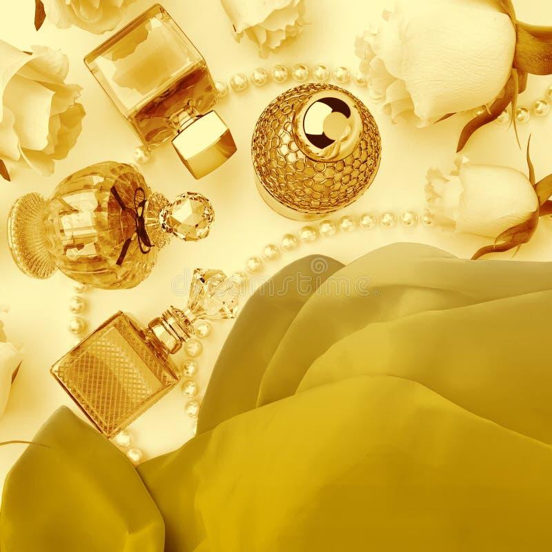 Garrafas, rosas e pérolas de perfume situadas nas dobras da seda imagem de stock