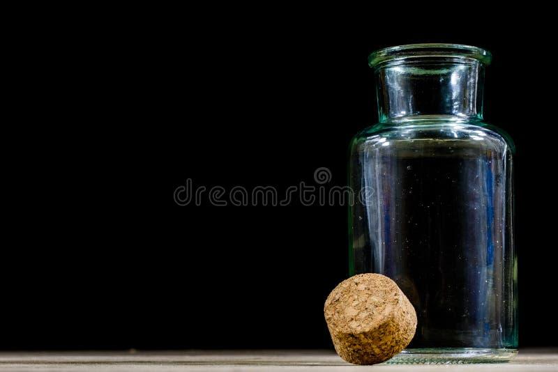 Garrafas vazias do leite em uma mesa de cozinha de madeira Garrafa com um s imagem de stock