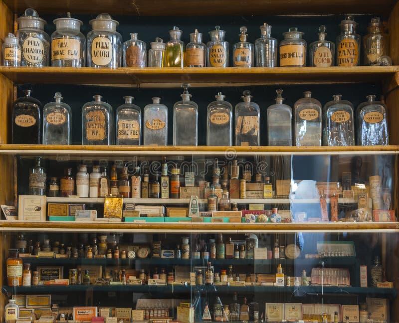 Garrafas vazias do perfume na farmácia velha imagens de stock