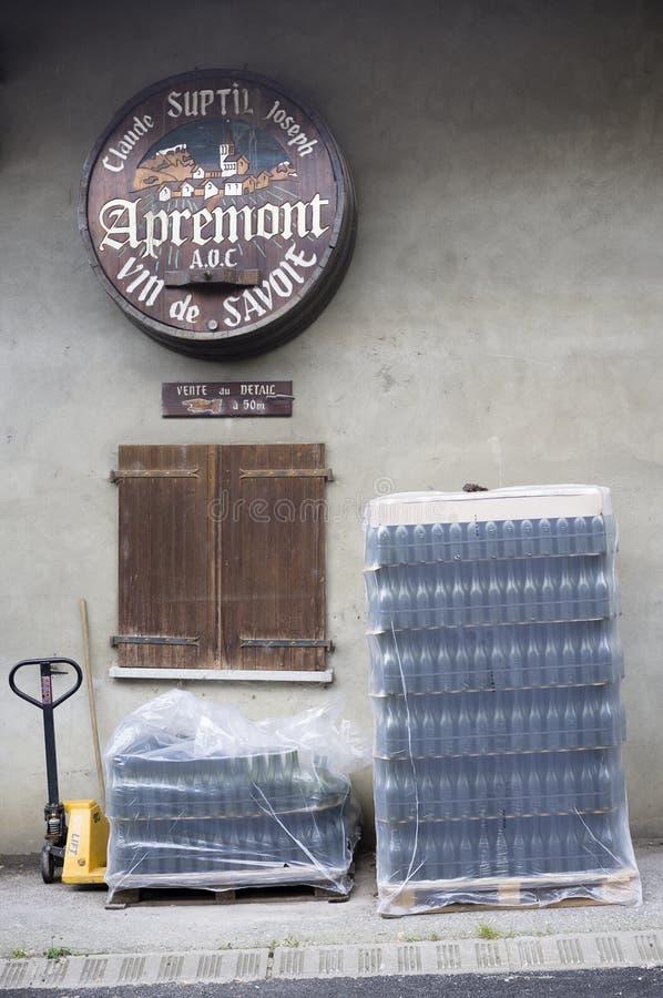Garrafas vazias do wiine na frente de uma instalação de produção do vinho, Apre imagem de stock royalty free
