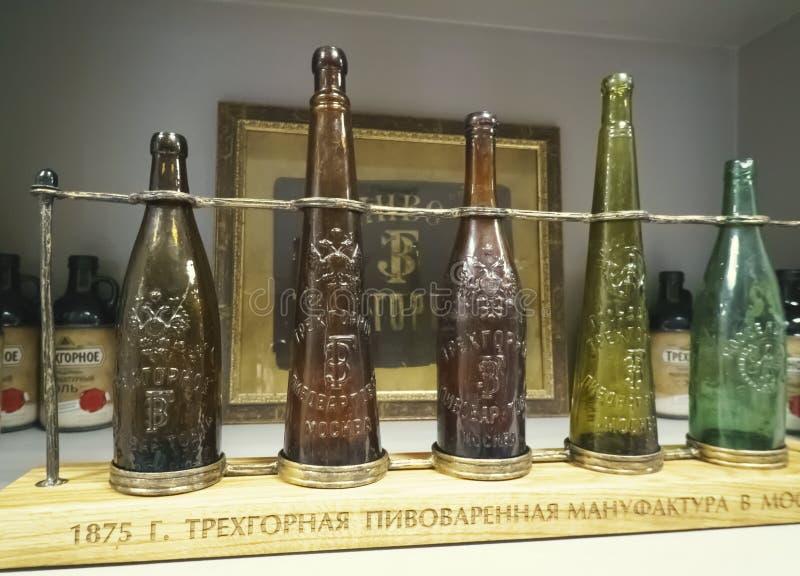 Garrafas velhas da cerveja no museu em Moscou que fabrica cerveja Comapany foto de stock royalty free