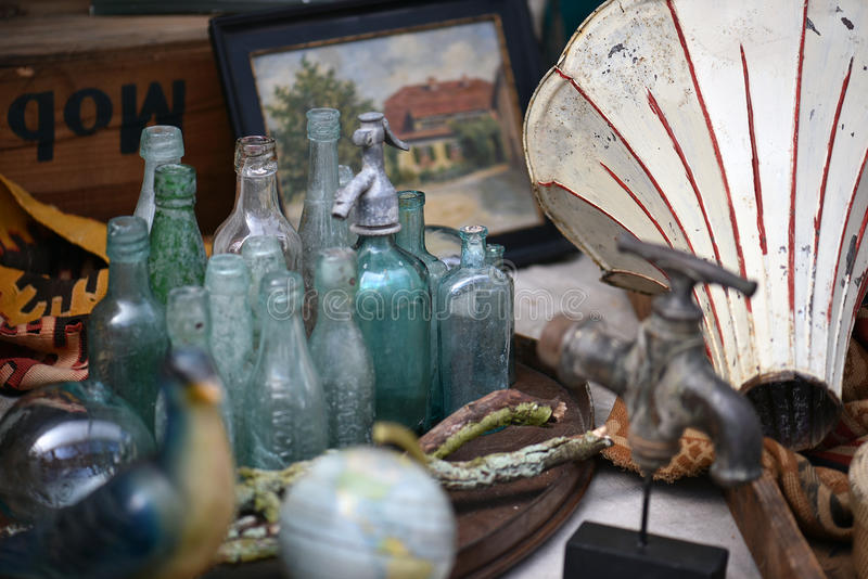 Garrafas velhas na feira da ladra foto de stock