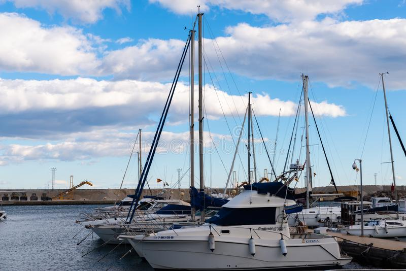 GARRUCHA, ΙΣΠΑΝΙΑ - 2 ΦΕΒΡΟΥΑΡΊΟΥ 2019 βάρκες πολυτέλειας στον κόλπο Garrucha, πλευρά Αλμερία, Ισπανία μαρινών στοκ εικόνες